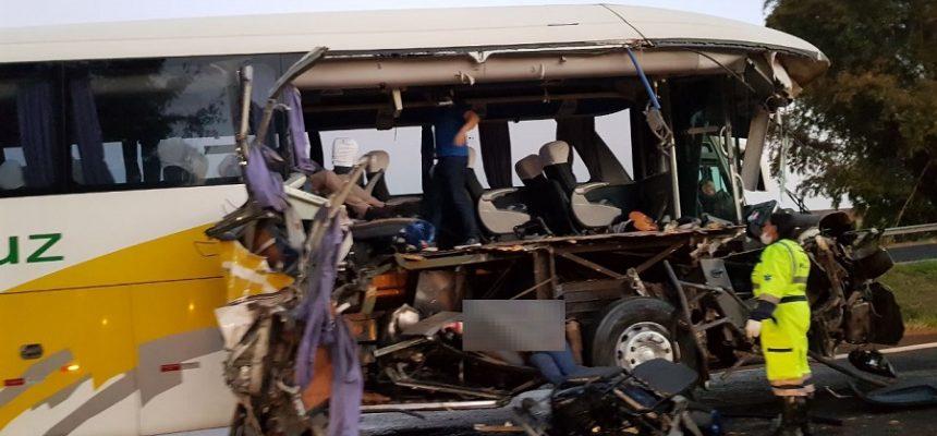 1a5ce255ad Mulher morre em acidente de ônibus em estrada que liga Araraquara a ...